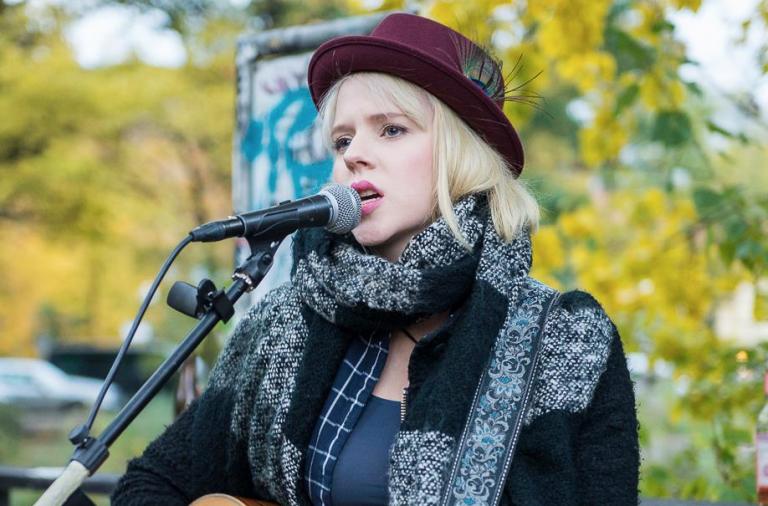 Alice Hills, Singer, Songwriter, Berlin, Straßenmusik, 030 Magazin, Shortcuts