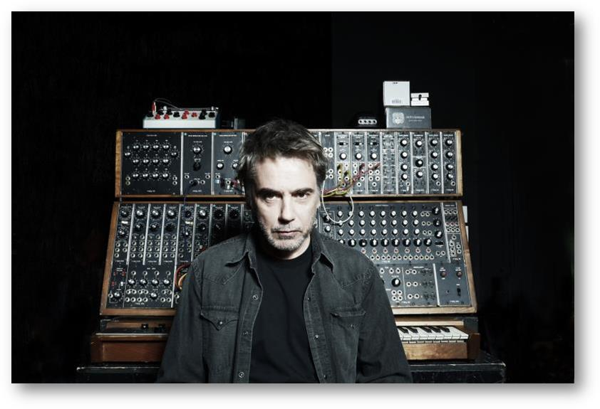 Jean-Michel Jarre vor seinem Synthesizer