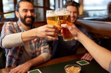 In einer Kneipe zusammen ein kühles Bier trinken: So sieht ein gelungener Männerabend aus!