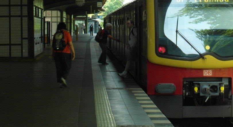 Hermannstraße, Umfrage, Obdachlos, S-Bahn, S-Bahn Berlin, Lärm, Lärmbelästigung, Interview, Interview Magazin, Neukölln, Bahnhof, S-Bahn, Berlin news, Berlin heute, Musik, Menschen, Lärm macht krank,