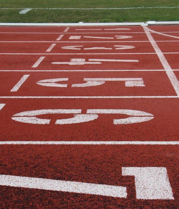 Laufbahnen in einem Leichtathletik-Stadion.