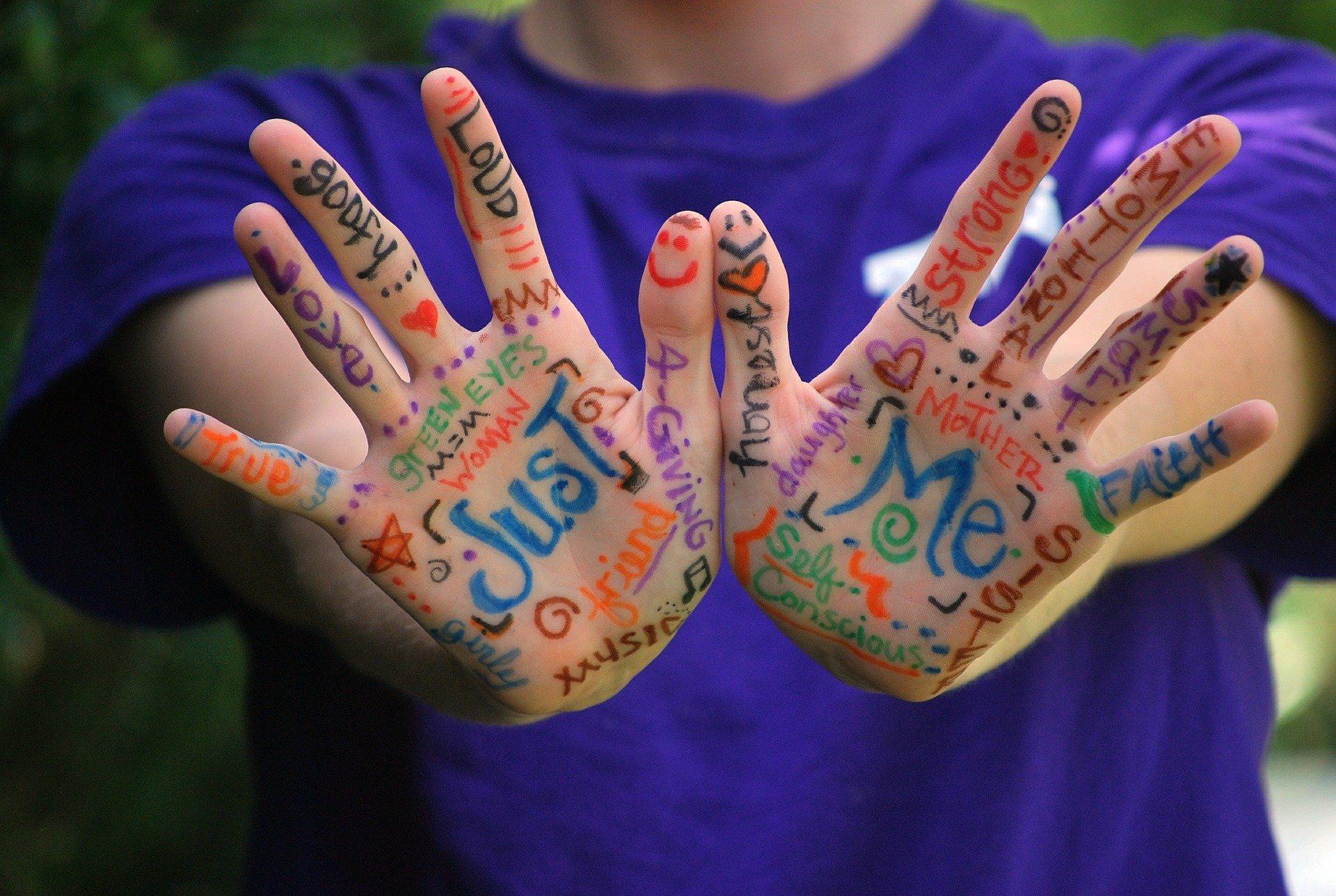 Hände mit Schrift