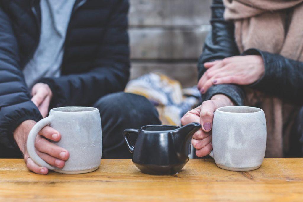 Körpersprache zählt auch beim Tee trinken.