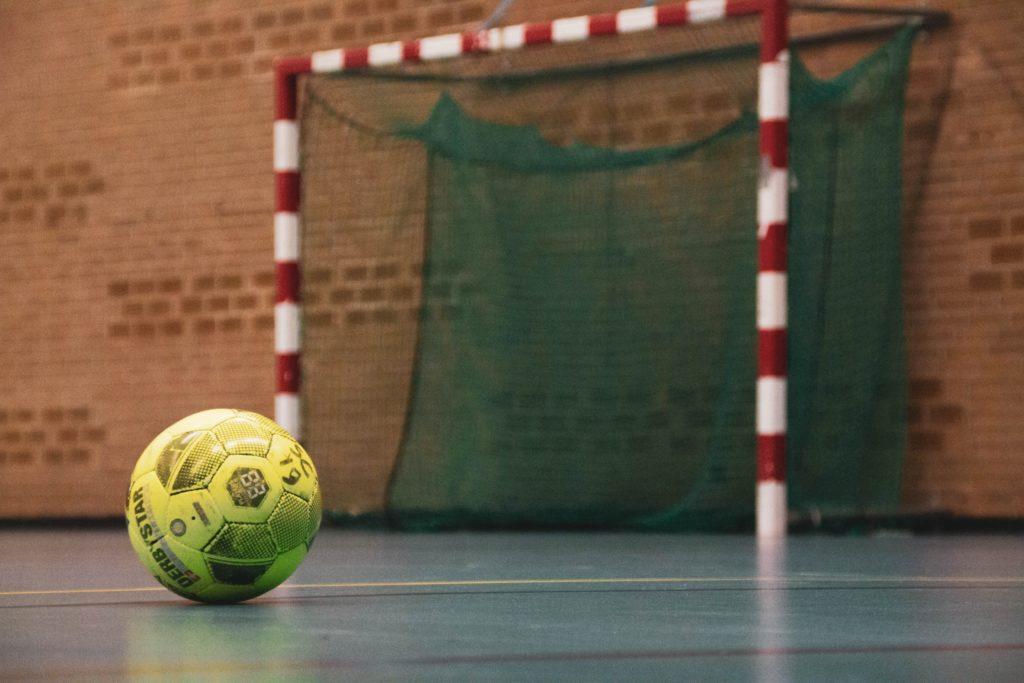 Handballfeld mit Ball