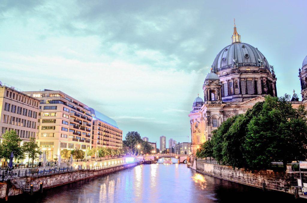 Der Berliner Dom bei Nacht.